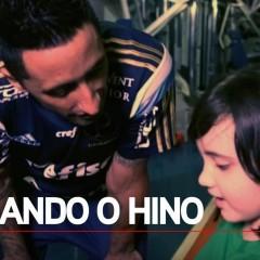 Torcedora mirim ensina hino do Palmeiras para Lucas Barrios