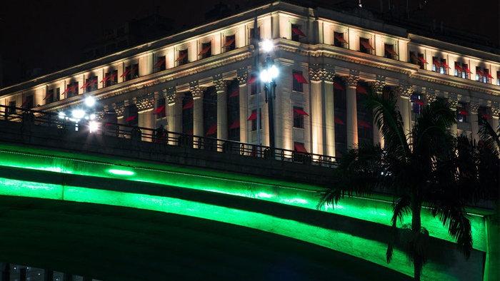 Pontos turísticos de São Paulo acordaram iluminados pela cor verde nesta segunda-feira (28). (Divulgação)
