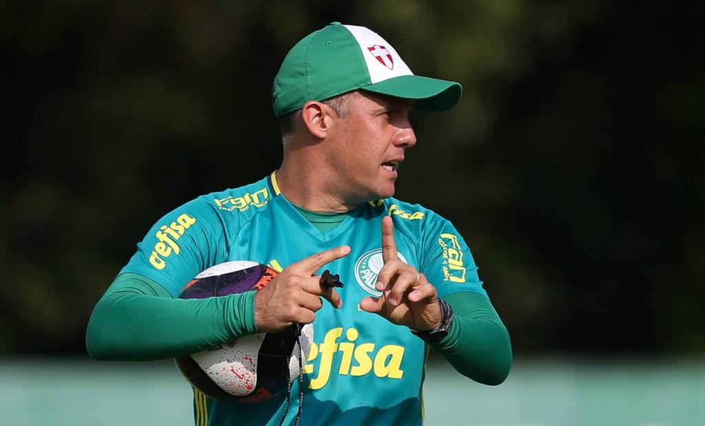Eduardo Baptista deu diversas orientações durante as atividades deste sábado (14). (Cesar Greco/Ag.Palmeiras/Divulgação)