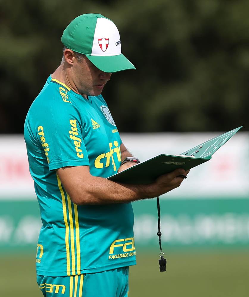 Eduardo Baptista ensaiou jogadas, marcações, balanços, entre outras coisas, tanto parte defensiva quanto na ofensiva.(Cesar Greco/Ag.Palmeiras/Divulgação)