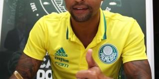 Felipe Melo assina e é confirmado como reforço do Palmeiras para 2017