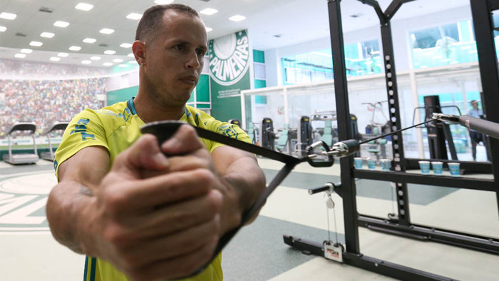 Venezuelano Alejandro Guerra fez trabalhos físicos na parte interna da Academia de Futebol. (Cesar Greco/Ag.Palmeiras/Divulgação)