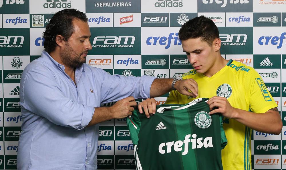 Raphael Veiga foi apresentado pelo diretor de futebol Alexandre Mattos nesta quarta-feira (11). (Cesar Greco/Ag Palmeiras/Divulgação)