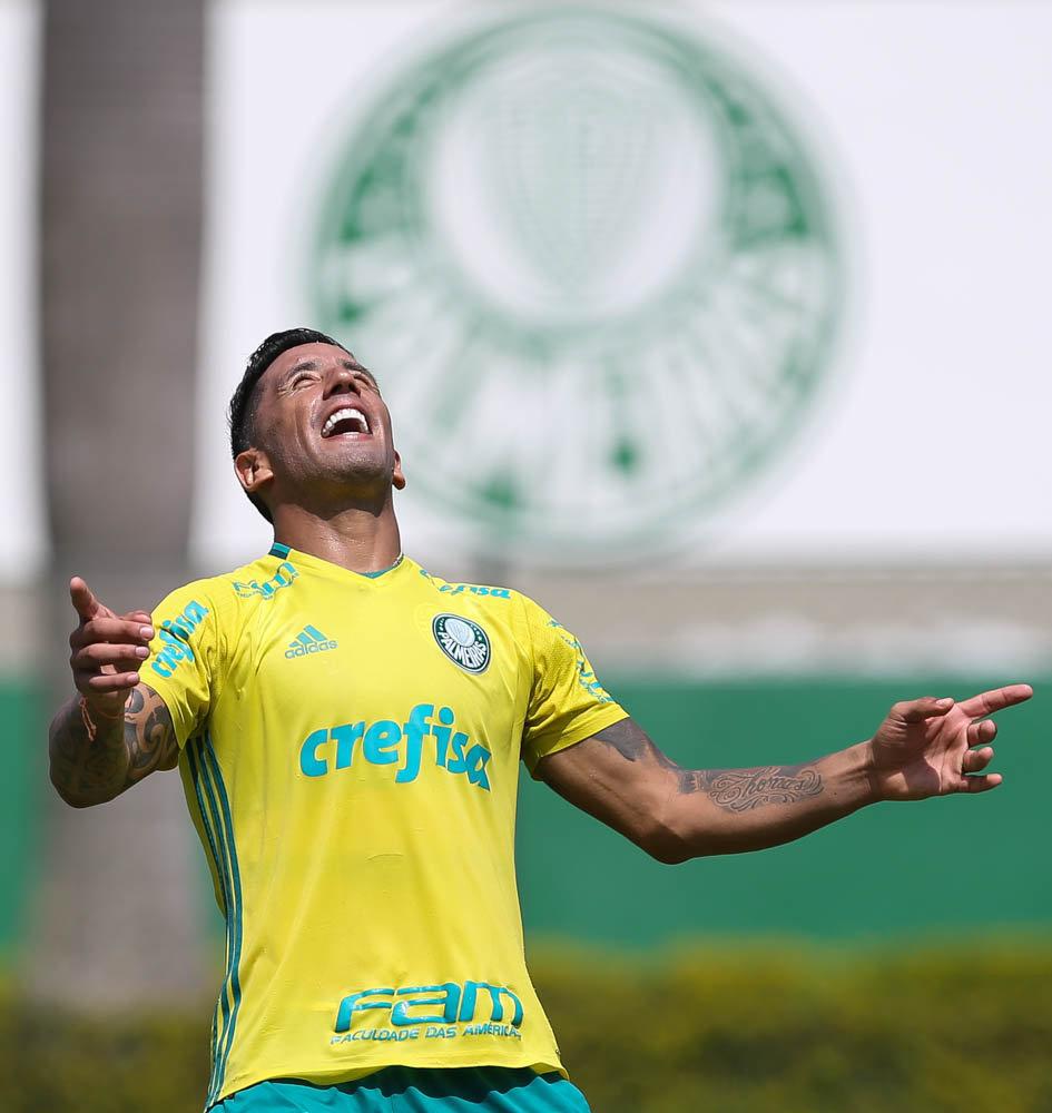 O atacante Lucas Barrios marcou dois, dos três gols, da vitória do Palmeiras no jogo-treino. (Cesar Greco/Ag Palmeiras/Divulgação)