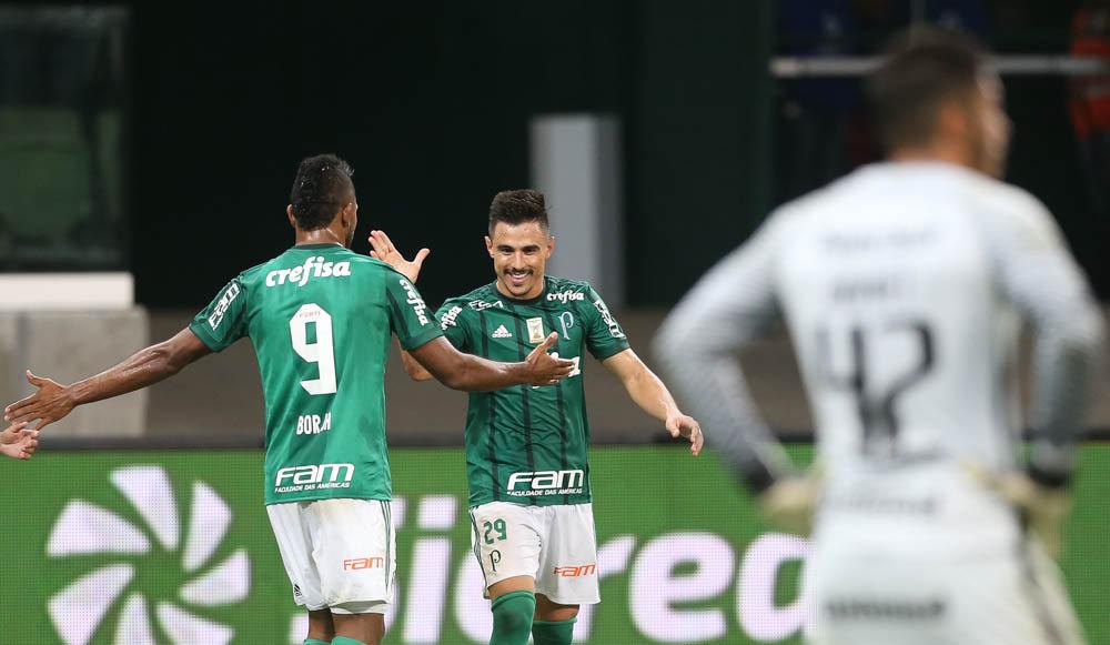 Borja e Willian celebram o gol da vitória palestrina. (Cesar Greco/Ag. Palmeiras/Divulgação)